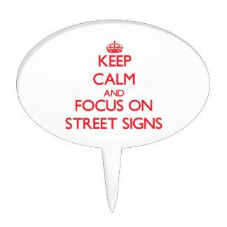 Guarde la calma y el foco en placas de calle