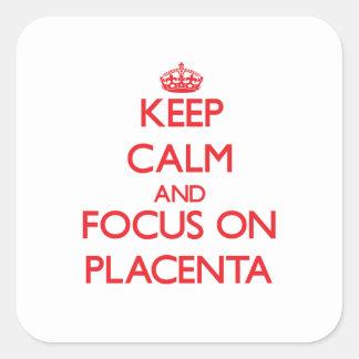 Guarde la calma y el foco en placenta pegatina cuadrada