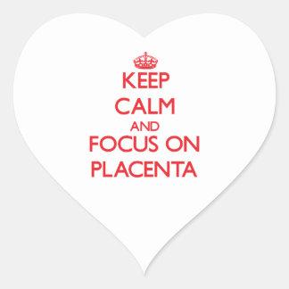 Guarde la calma y el foco en placenta pegatina en forma de corazón