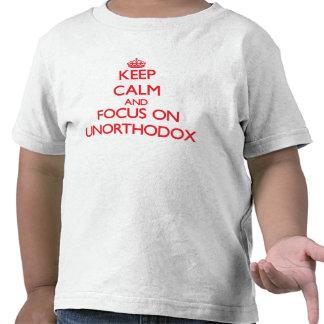 Guarde la calma y el foco en poco ortodoxo camiseta