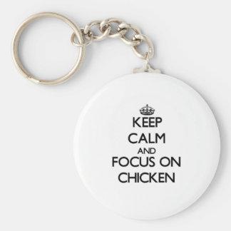 Guarde la calma y el foco en pollo llavero redondo tipo pin