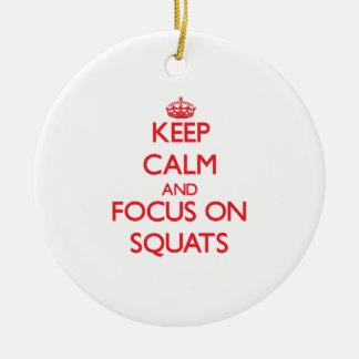 Guarde la calma y el foco en posiciones en cuclill ornaments para arbol de navidad