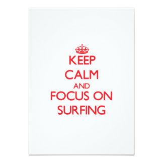 """Guarde la calma y el foco en practicar surf invitación 5"""" x 7"""""""