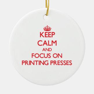 Guarde la calma y el foco en prensas adorno navideño redondo de cerámica