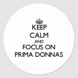 Guarde la calma y el foco en Prima Donnas Pegatina Redonda