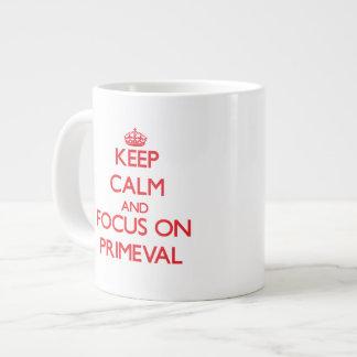 Guarde la calma y el foco en primitivo taza grande