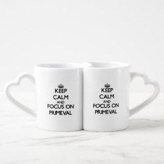 Guarde la calma y el foco en primitivo taza para enamorados