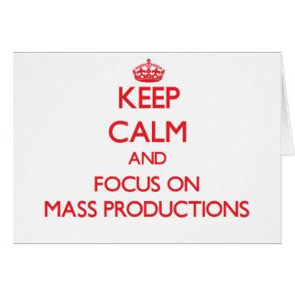 Guarde la calma y el foco en producciones en masa tarjeta de felicitación