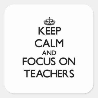 Guarde la calma y el foco en profesores pegatina cuadrada