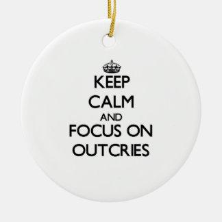 Guarde la calma y el foco en protestas adorno redondo de cerámica