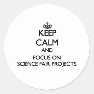 Guarde la calma y el foco en proyectos de la feria etiqueta redonda