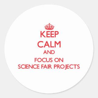 Guarde la calma y el foco en proyectos de la feria etiquetas redondas