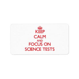 Guarde la calma y el foco en pruebas de la ciencia etiquetas de dirección