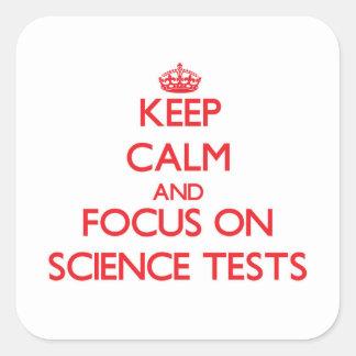 Guarde la calma y el foco en pruebas de la ciencia pegatina cuadradas