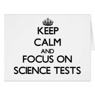 Guarde la calma y el foco en pruebas de la ciencia tarjeta de felicitación grande