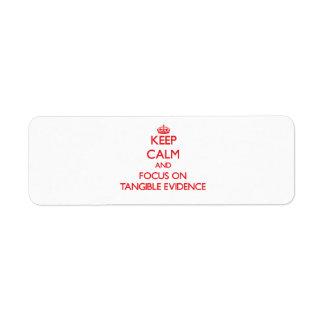 Guarde la calma y el foco en pruebas tangibles etiqueta de remite