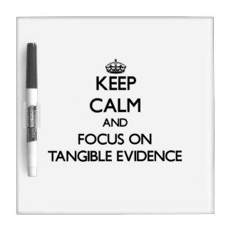 Guarde la calma y el foco en pruebas tangibles tableros blancos