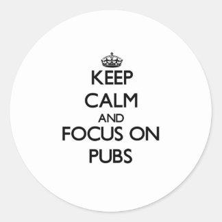 Guarde la calma y el foco en Pubs Etiqueta Redonda