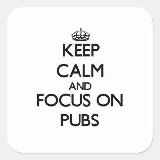 Guarde la calma y el foco en Pubs Calcomanías Cuadradass Personalizadas