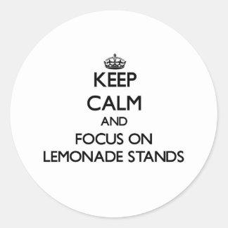 Guarde la calma y el foco en puestos de limonadas etiquetas redondas