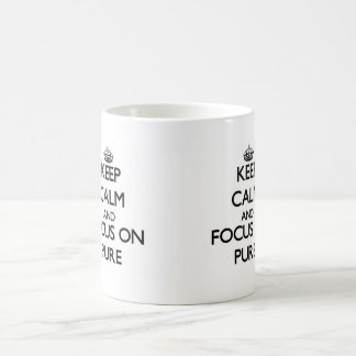 Guarde la calma y el foco en puro tazas de café