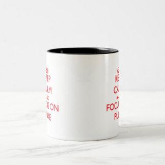 Guarde la calma y el foco en puro taza