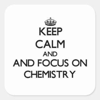 Guarde la calma y el foco en química calcomanías cuadradass