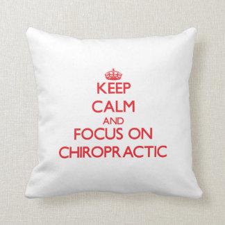 Guarde la calma y el foco en quiropráctica almohada