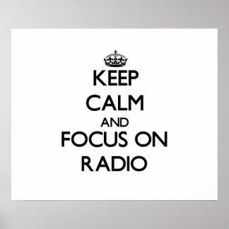 Guarde la calma y el foco en radio poster