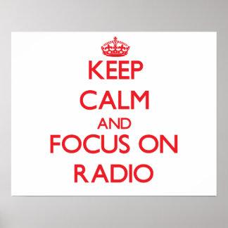 Guarde la calma y el foco en radio posters