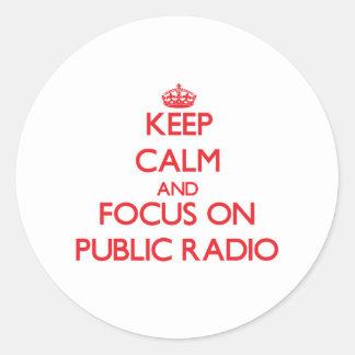 Guarde la calma y el foco en radio pública pegatina