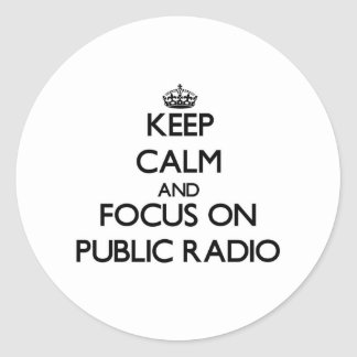 Guarde la calma y el foco en radio pública etiqueta redonda