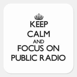 Guarde la calma y el foco en radio pública pegatina cuadrada