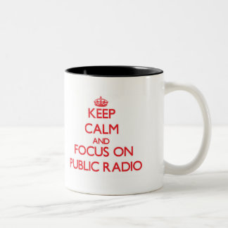 Guarde la calma y el foco en radio pública taza dos tonos