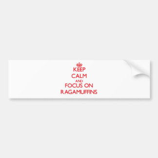Guarde la calma y el foco en Ragamuffins Pegatina De Parachoque