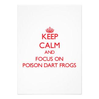 Guarde la calma y el foco en ranas del dardo del v