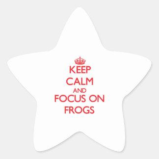 Guarde la calma y el foco en ranas pegatina en forma de estrella