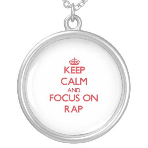 Guarde la calma y el foco en rap colgante redondo