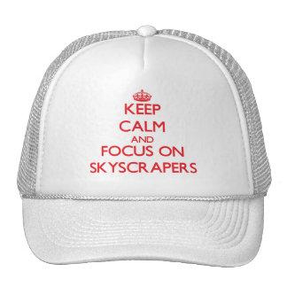 Guarde la calma y el foco en rascacielos gorra