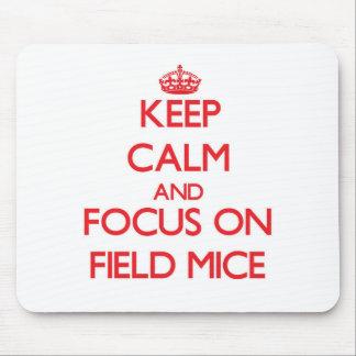 Guarde la calma y el foco en ratones de campo alfombrillas de ratón