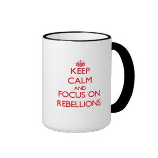 Guarde la calma y el foco en rebeliones taza a dos colores