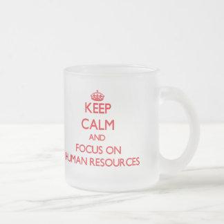 Guarde la calma y el foco en recursos humanos taza de cristal