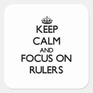 Guarde la calma y el foco en reglas calcomanías cuadradass personalizadas