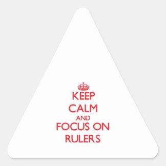 Guarde la calma y el foco en reglas calcomanías trianguladas personalizadas