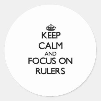 Guarde la calma y el foco en reglas etiqueta redonda
