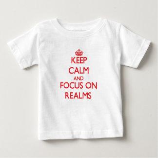 Guarde la calma y el foco en reinos t-shirts