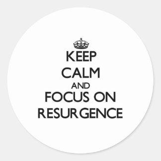 Guarde la calma y el foco en resurgimiento pegatina redonda