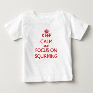 Guarde la calma y el foco en retorcerse tee shirt