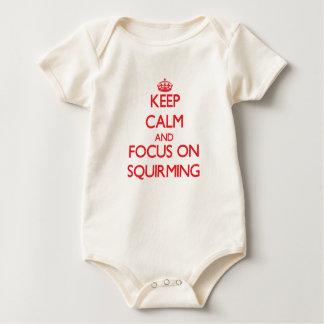 Guarde la calma y el foco en retorcerse traje de bebé