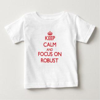 Guarde la calma y el foco en robusto polera